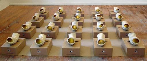 Bild: Rauminstallation,  24 Stück Keramiknudeln mit Goldfarbe