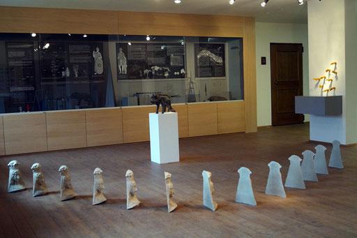 Ausstellung im Heimatmuseum Oberhofen Tirol im Vordergrund die Arbeit IDEALE in der Mitte auf Sockel präsentiert REX das Prachtexemplar, nicht zuordenbar, an der Wand HANDLUNG in Wachs gegossene Hände und im Hintergrund die Vitrine Museumssammlung