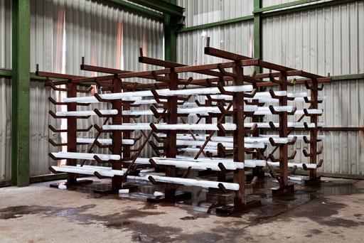 Die fertig bestückte temporäre Rauminstallation EIS EN bestehent aus einer Eisenkonstruktion gefüllt mit 54 Eisstäben in der Länge von 2 meter in einer Eisenlagerhalle  das Eis beginnt zu schmelzen
