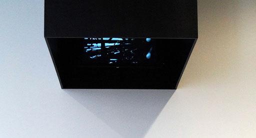 """Innenansicht der an der Wand hängenden Box für die Videoinstallation """"EIS EN"""""""