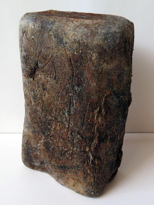 Ungebrannter Tonblock mit rissiger,faltiger Oberfläche
