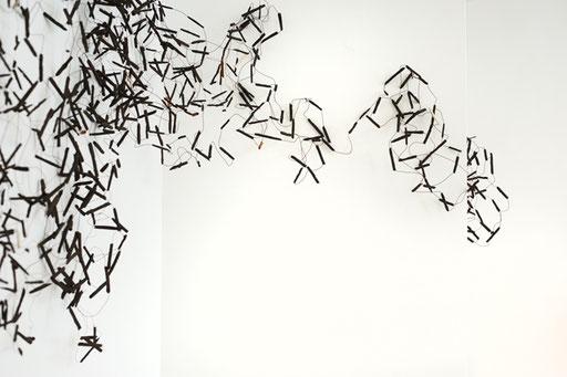 Bild: Wandinstallation, Hülsen aus Ton auf Kupferdrähten