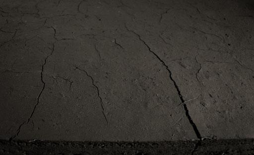 Detailansicht der Rauminstallation layer by layer die isländische Erde beginnt zu trocknen und es werden Risse sichtbar, starting a process of drying und moving