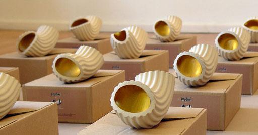 Bild:Rauminstalation,24 Stück Keramiknudeln mit Goldfarbe