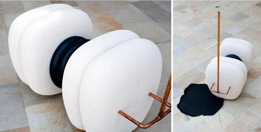 """Bild:Rauminstalation aus Keramik,Gummischläuche,Kupferrohre in der Ausstellung """"Freiraum Kunstlabor Lift off"""" Galerie K-Hof Kammerhof Museen Gmunden"""