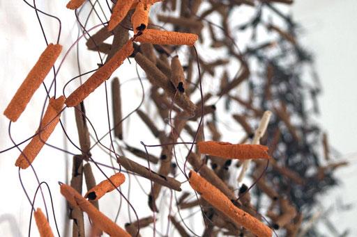 Bild: Wandinstallation Hülsen  aus Ton schwarz/braun/rot/weiss, Kupferdrähte