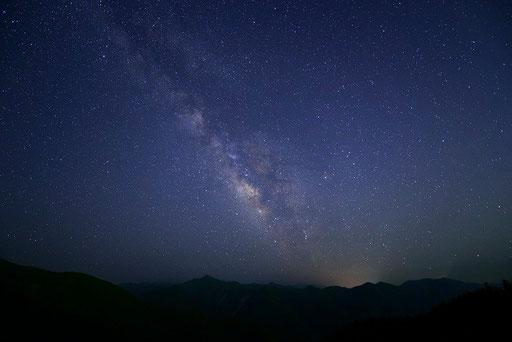 夕暮の山上が岳と天の川(奈良天川村)