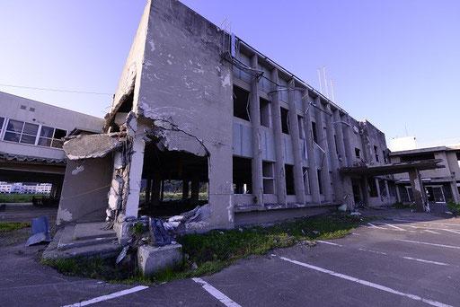 津波で破壊された大槌町役場(岩手)