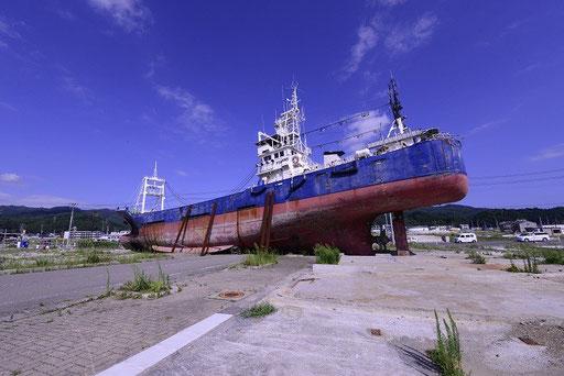津波で市街地に運ばれた漁船(気仙沼宮城)