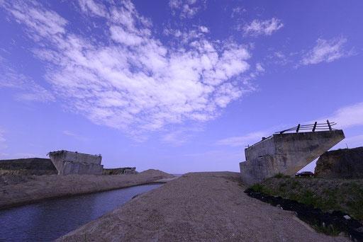 津波の直撃で破壊された海岸道路曙橋(福島新地)