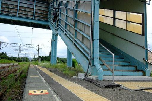 地震でゆがんだままの歩道橋