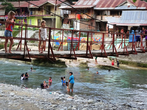 Brug over de snelstromende rivier in Bukit Lawang op Sumatra