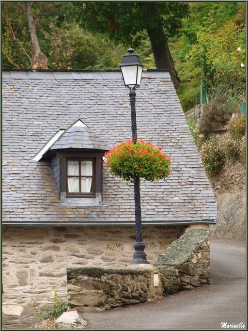 Maison et lampadaire fleuri au village d'Aas, Vallée d'Ossau (64)
