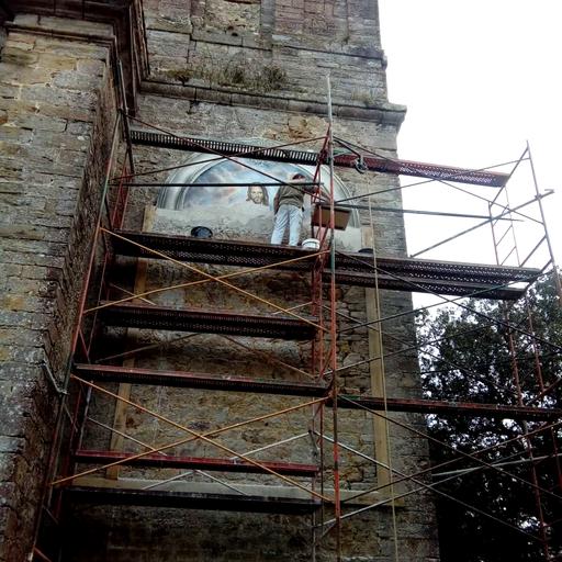 Proceso la pintura al fresco en el exterior de la la iglesia de San Mamés de Aras. El marco provisional de madera nos da una idea de sus dimensiones.