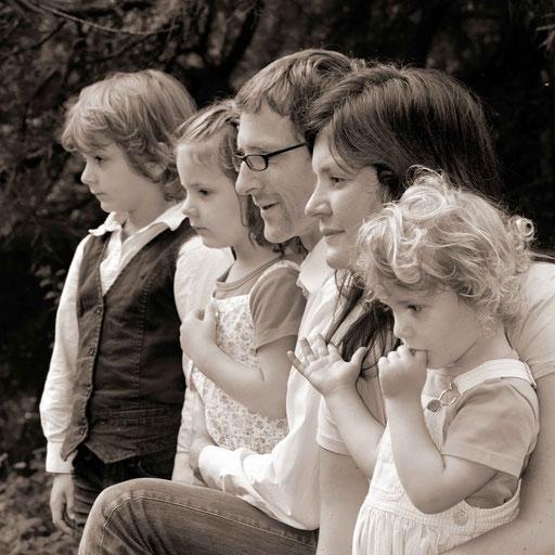 Familienaufnahme, Eltern mit drei Kindern, schwarz/weiß Aufnahme im Bürgerpark Bremen, am Entensee, seitliches Profil, Heimportrait