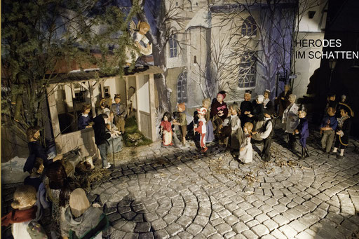 Der Schatten von Herodes ist im Hintergrund zu sehen, das Volk folgt den Sternsinger, zu Maria mit dem Kind in der Milieukrippe von Sankt Maria in Lyskirchen (Foto: Anna C. Wagner)