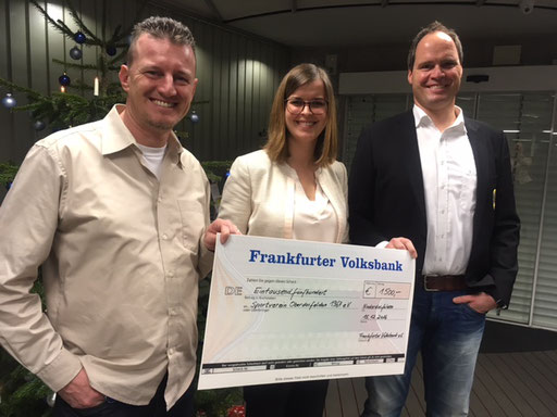 v. l.: Michael Birkenbach (Schriftführer SVO), Yvonne Kappes (Filialleiterin Niederdorfelden Frankfurter Volksbank eG), Holger Caspar (Kassierer SVO)