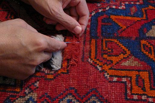 restauro professionale di un tappeto turkamano antico, il vello risultava consumato esponendo la trama e l'ordito. Successivamente alla colorazione della lana i nodi sono stati rinodati e rasati.