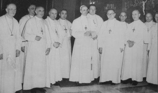 """Pius XII mit Prämonstratenser, alle tragen """"weiß"""" und ein Brustkreuz."""