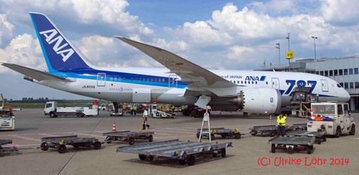 Dreamliner von ANA wird in DUS be- und entladen