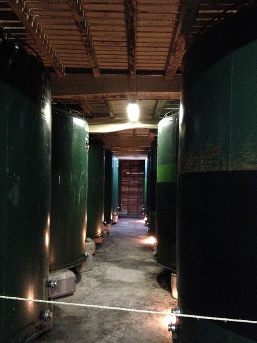 酒蔵の中。とうてい飲みきれない量のお酒がタンクの中に。