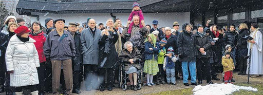 Um die 200 Gemeindemitglieder und Anwohner begrüßte am Ostersonntag Pfarrerin Cordula Haase (r.) zur Glockenweihe.