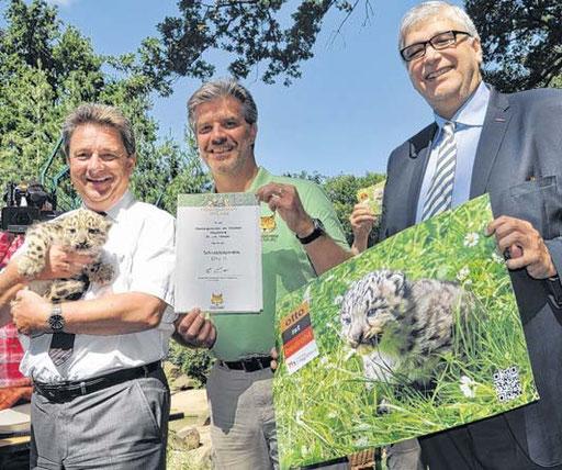 OB Lutz Trümper kuschelte ein bisschen mit seinem Paten-Kätzchen. Zoo-Direktor Kai Perret und Stadtmanager Georg Bandarau präsentierten derweil die Patenschafts-Urkunde und das neue Postkartenmotiv.