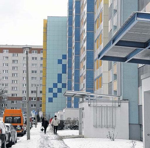 Die Viktor-Jara-Straße 6 bis 10 ist einer der wenigen unsanierten Plattenbauten am Neustädter See. Nach Auskunft des Vermieters, der Otto-von-Guericke-Genossenschaft, wird er das vorerst auch bleiben.
