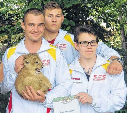 """Das kleine Löwen-Mädchen der SES-Nachwuchsboxer des """"Teams Deutschland"""" hat noch immer keinen Namen. Dominic Bösel, Tom Schwarz und Felix Lamm sowie alle anderen Boxer des Teams bitten nun die Volksstimme-Leser um Hilfe, einen schönen Namen zu finden."""