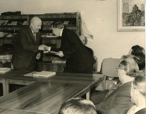 Verabschiedung in den Ruhestand 1962 - Oberstudienrat Dr. Altevogt überreicht van Gogh-Bildband, halb verdeckt im Hintergrund Oberstudiendirekter Hermann Hugenroth