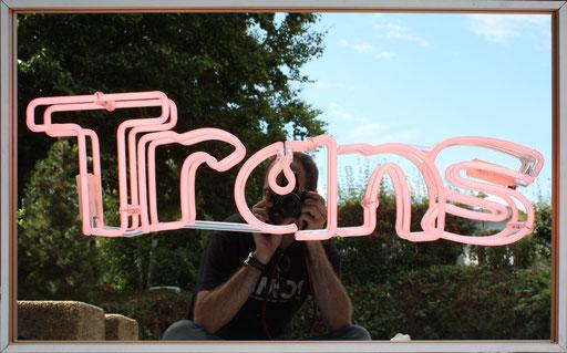 Trans, 2015, 50x80x7 cm, tube dia. 12, rose/argon, monté sur miroir.