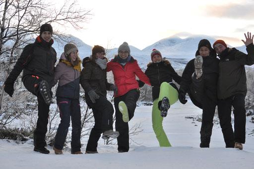 Vor den verschneiten Hügeln Lapplands (v.l.: Etienne, Hannah, Clarita, Sonja, Verena, Max, Konrad)