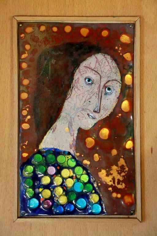 Mädchenportrait mit Schmuck, Emaille