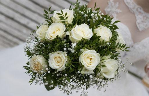 Brautstrauß mit weißen Rosen