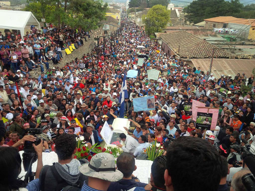 Hunderte erweisen Aktivistin Berta Cáceres in La Esperanza die letzte Ehre (C) Giorgio Trucchi, 2016