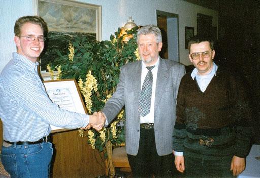 Marcus Itjen (l.) und Ronald Lade (r.) ernennen Detlef Schwing zum Ehrenvorsitzenden