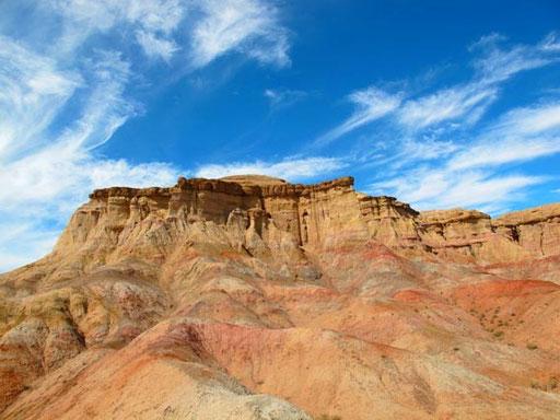 die gut sichtbaren Gesteinsschichten erzählen Erd-Geschichte