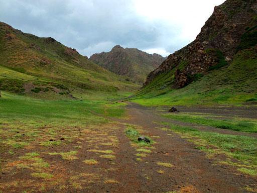 breite Canyons führten südwärts in die Berge hinein