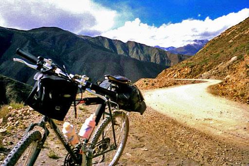 Kampa-La-Pass. 25 km, 4.790 m hoch - unendlich still war es am späten Nachmittag in dieser Höhe