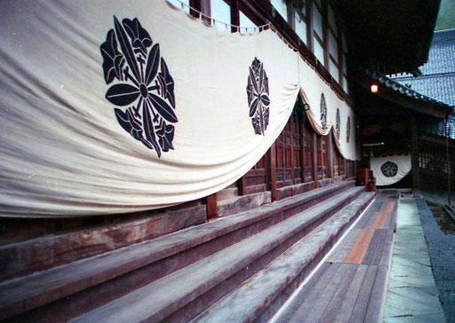Eingangs-Fassade aus Mahagonie