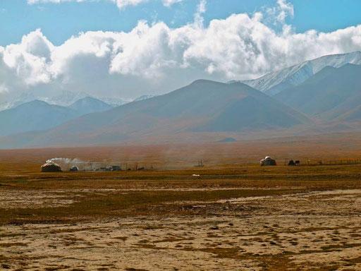jenseits der Grenze - auf chinesischem Gebiet - weit vertreut einige Jurte