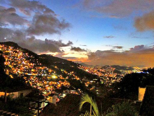 die Lichter der Favelas - die Region Rio de Janeiro zählt 23 Mio. Einwohner