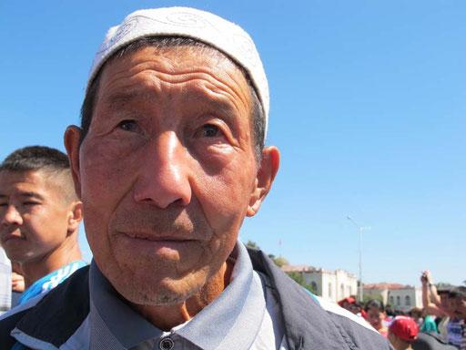 alle waren stolz auf das neue Kirgistan - dieser Mann weinte fast vor Rührung