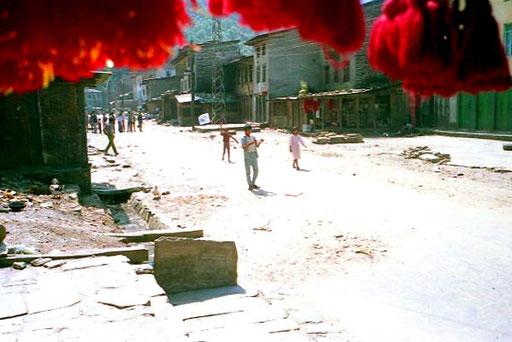 Haupstrasse des nepalesischen Grenzortes Kodari - unterhalb von Zhangmu (China-Tibet)