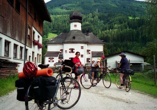 der Inn-Radweg führt durch viele romantische Orte wie hier in Kramsach