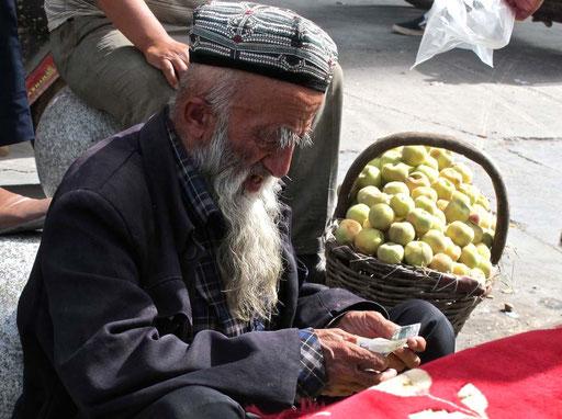 ein ehrwürdiger Patriarch, der seinen dürftigen Tages-Umsatz zählte