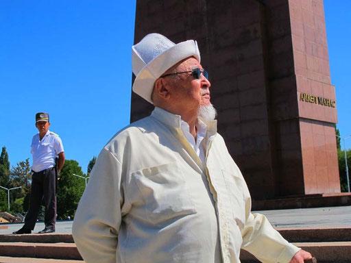 erhaben wie ein Dichterfürst, so stand dieser Senior, vor dem Monument des grossen Timors