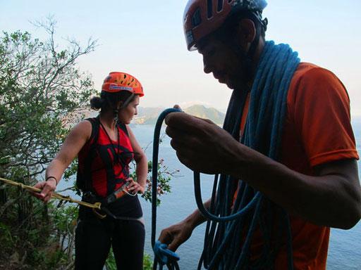 Katharina bereits gesichert, schaute skeptisch nach unten - Petro kletterte voraus