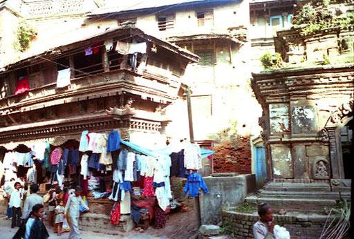 ein historisches Gebäude neben einem Hindu-Schrein