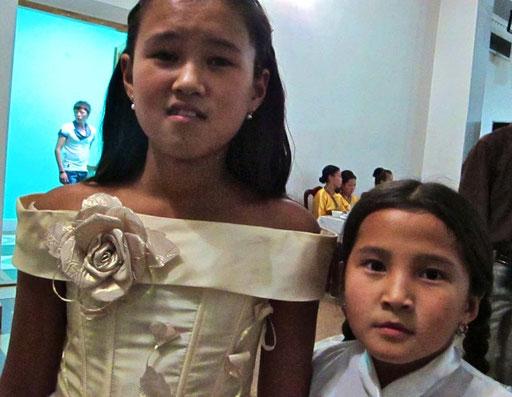 kostbar - die Kleider dieser jungen Damen